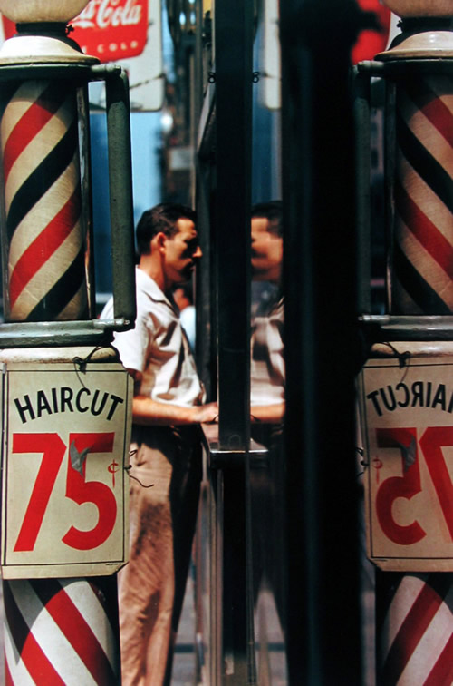 saul-leiter-everythingwithatwist-05-Haircut-1956
