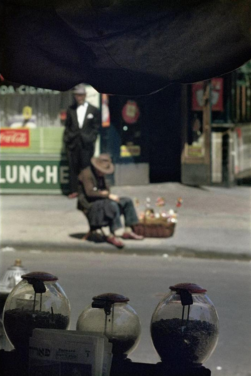 saul-leiter-everythingwithatwist-19-New York-1954